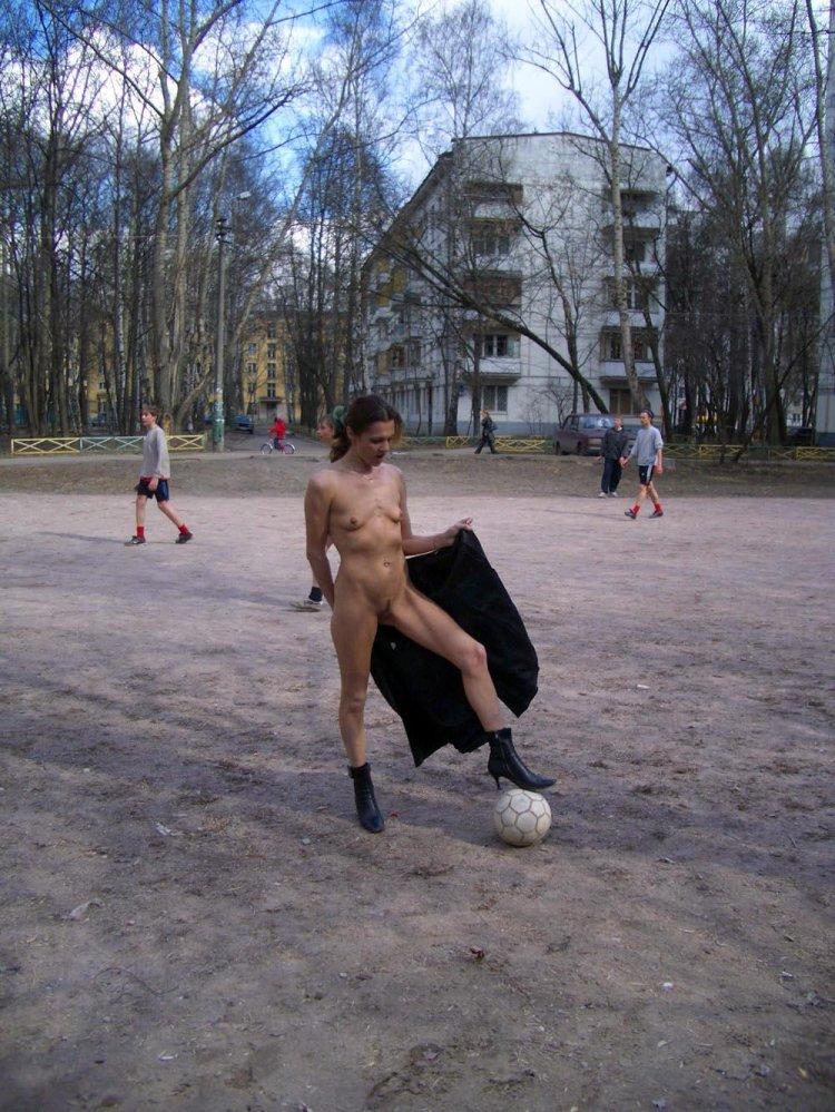 Безупречная женщина веселиться на футбольном поле