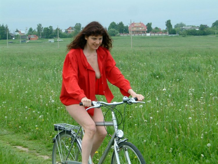 Беззаботная дама без трусиков катается на велосипеде