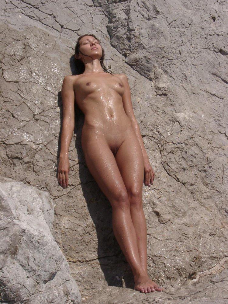 Стройная девушка загорает без купальника