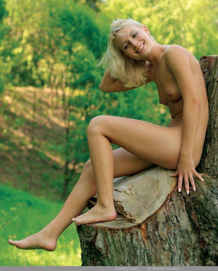 Прекрасная блондиночка оголила интимные места
