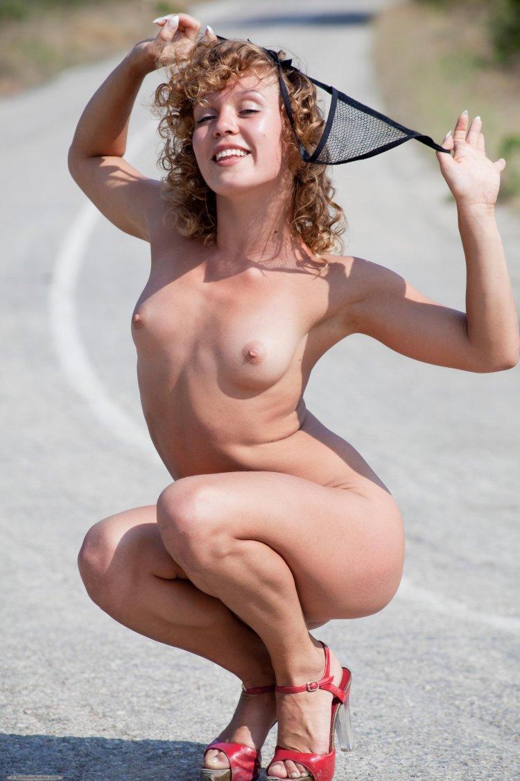 Эротические снимки кучерявой хохотушки