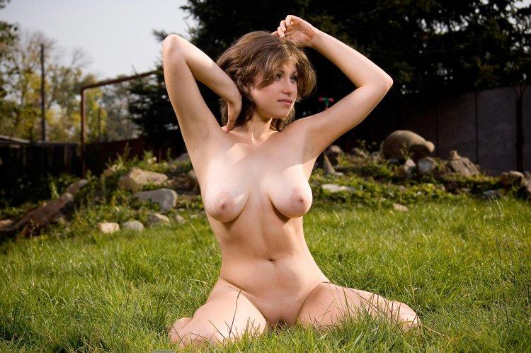 Обнаженная женщина хвастает заводными гениталиями