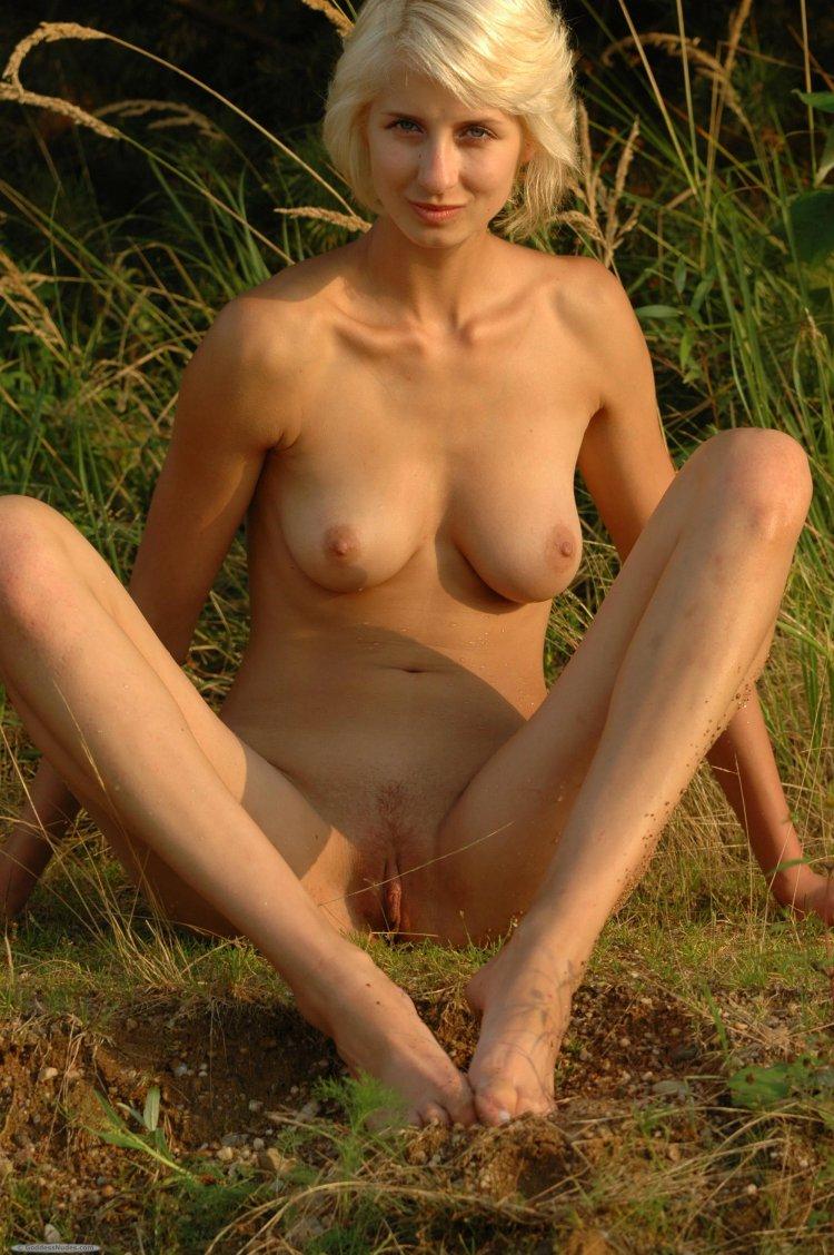 Стройная блондиночка раздвигает ноги