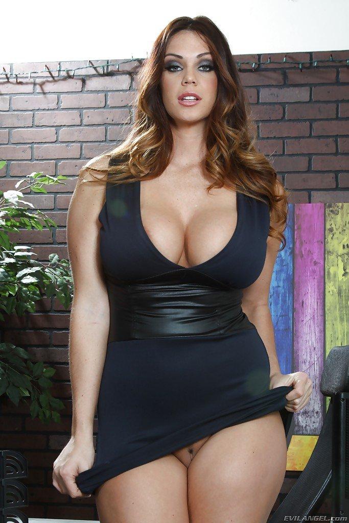 Видно пизду  горячей секретарши во всей ее красе!