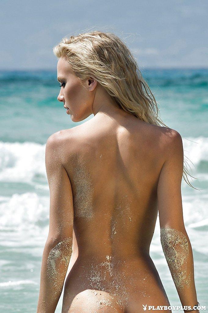 Красивая промежность яркой блондиночки на пляже