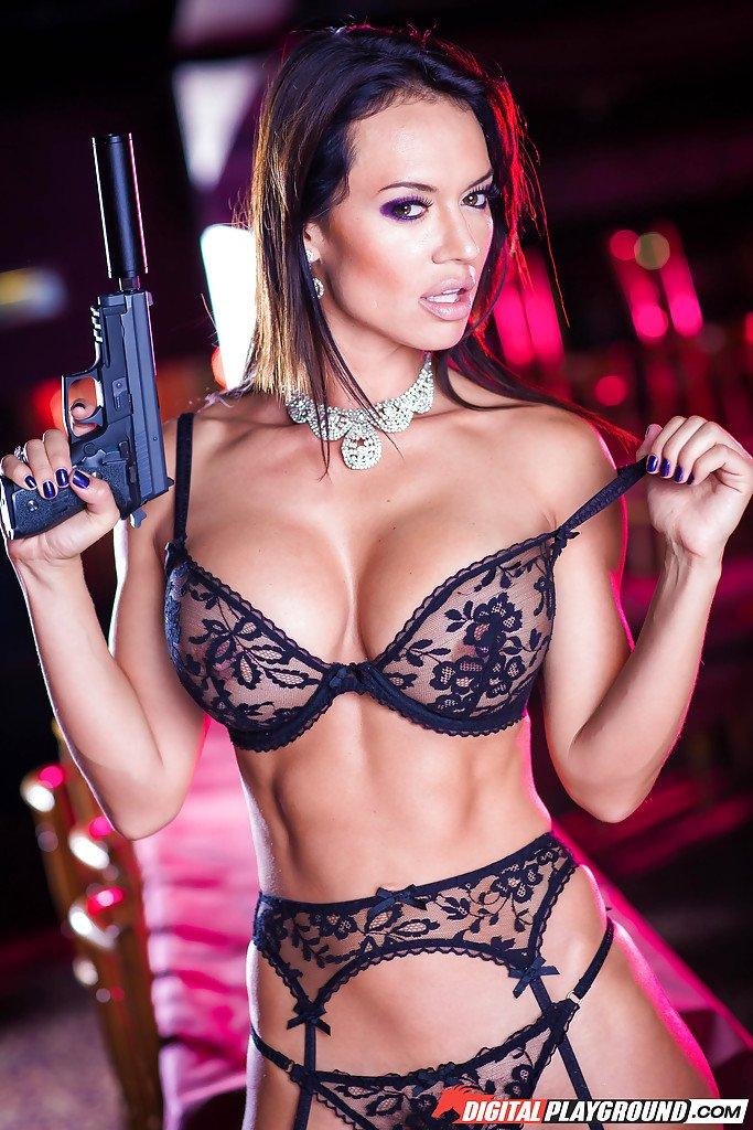 Голая девушка в оружием сражает наповал
