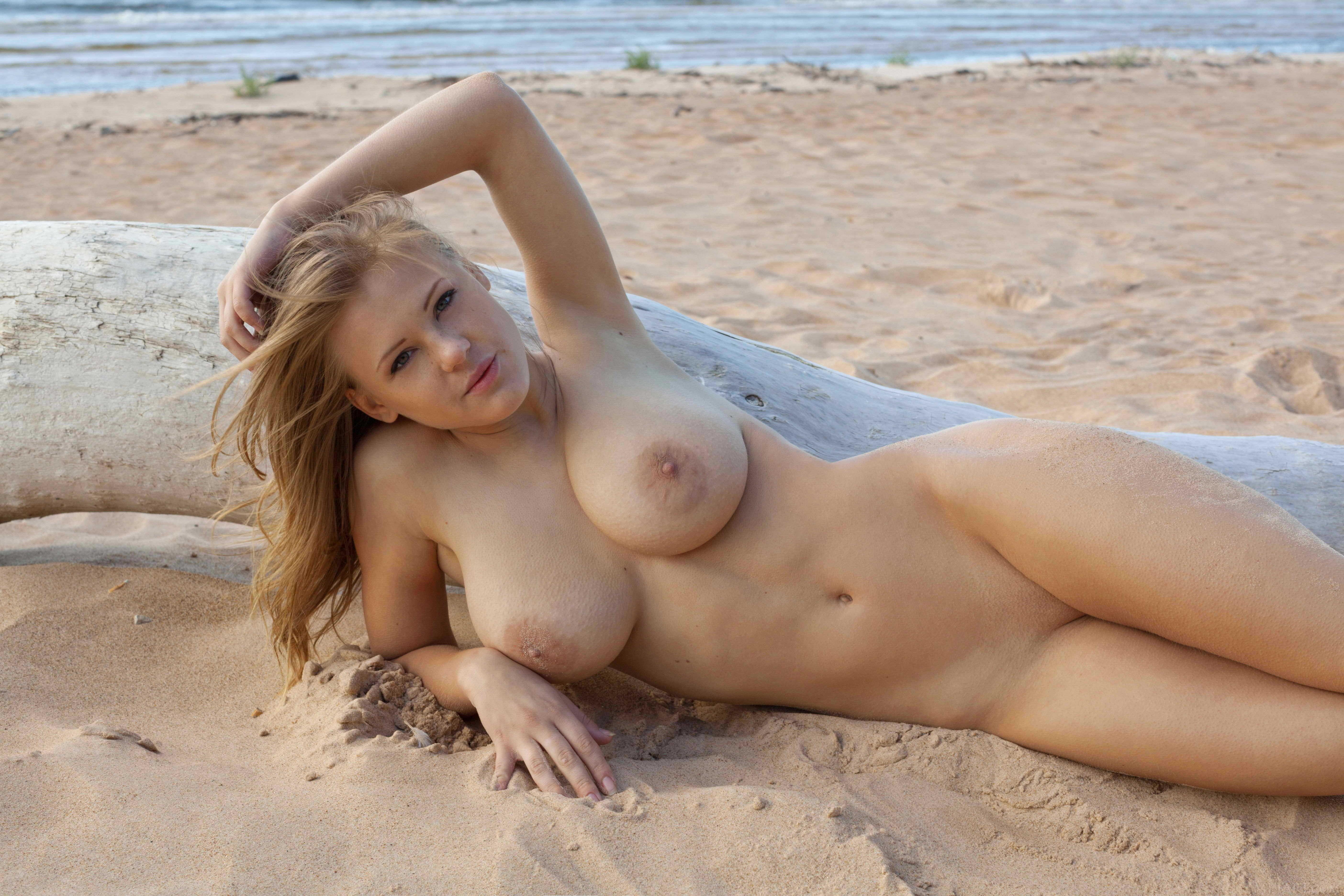 Обнажила Грудь На Пляже