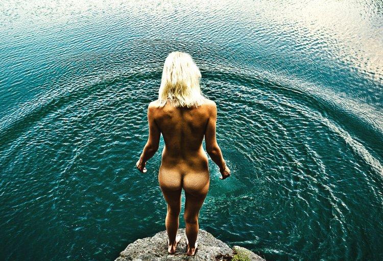 Красивые девушки в воде (51 фото)