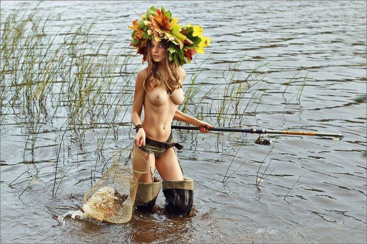 Обнаженные девушки на рыбалке (44 фото)