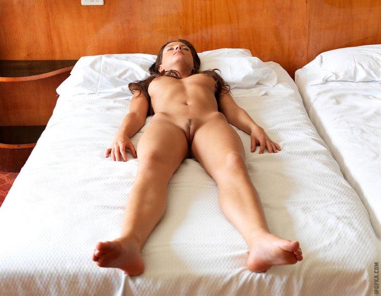 Голые девки лежа (56 фото)