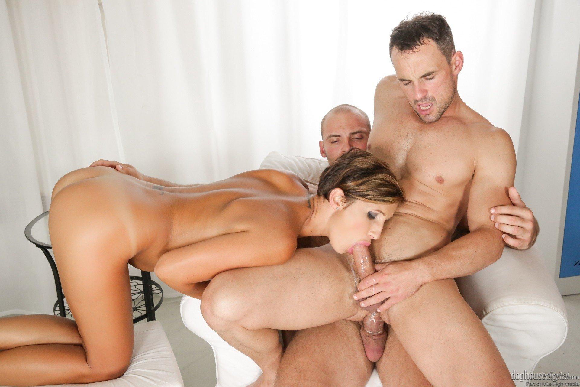 Мужики втроем шпилят анальную проказницу Jenna Red порно фото бесплатно