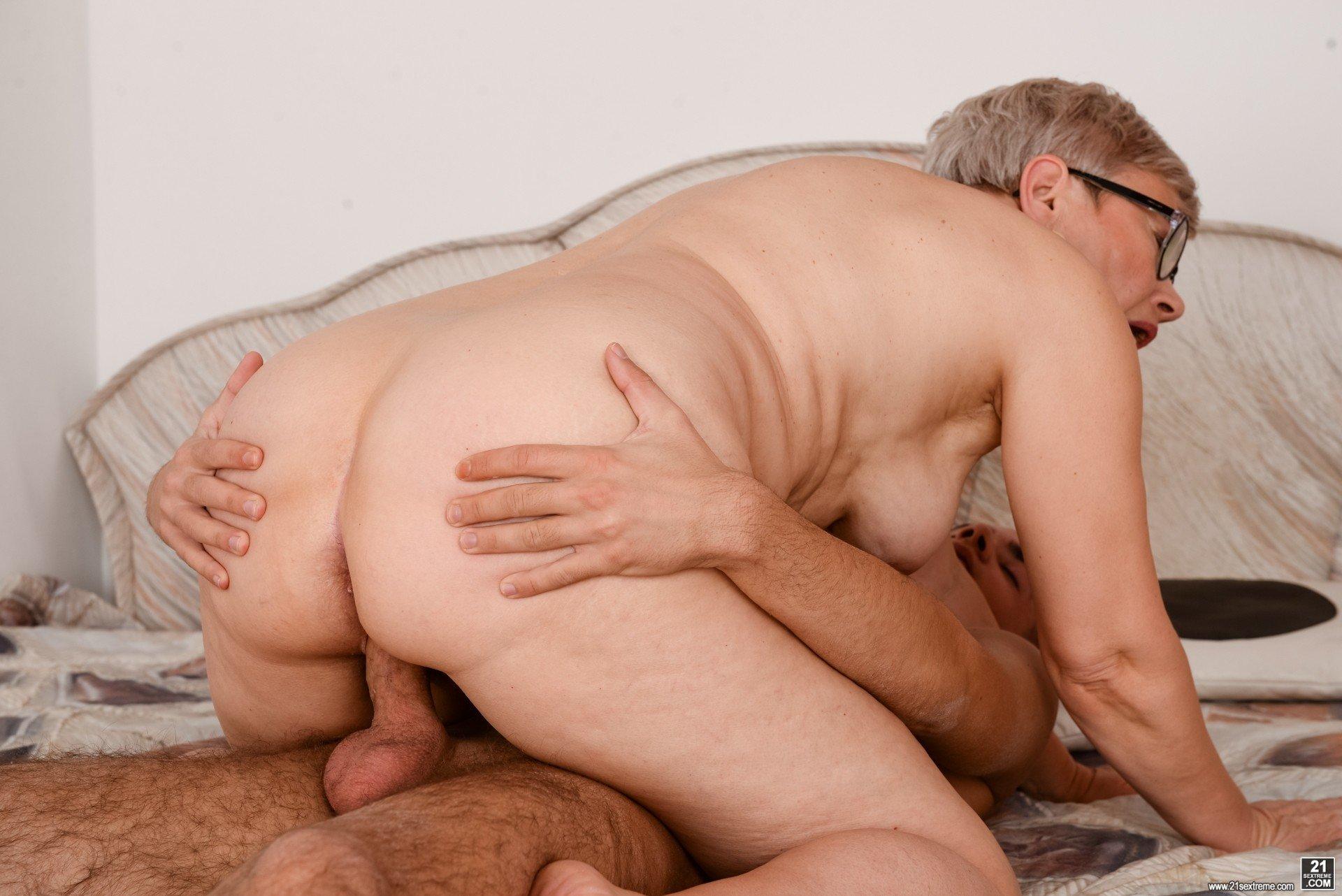 Мужик трахнул бабку раком порно фото бесплатно