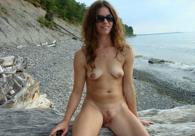 Бабы голышом на нудистском пляже (56 фото)