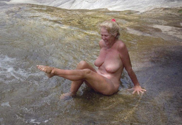 Пожилые женщины голышом на пляже (54 фото)