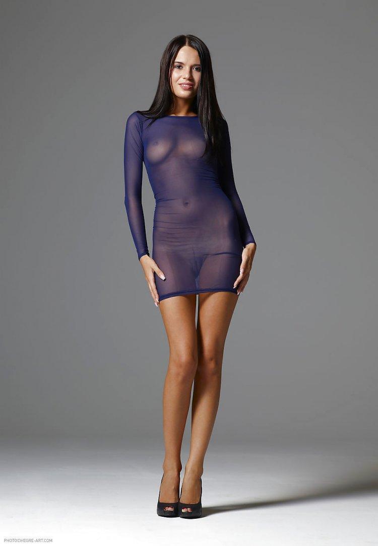 Красивые девушки в облегающем платье на голое тело (53 фото)
