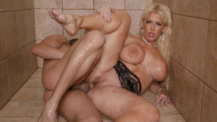 Секс с бабами с большими сиськами в ванной (47 фото)