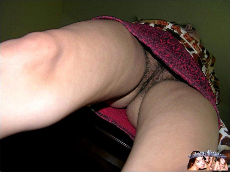 Волосатые письки под юбкой (42 фото)