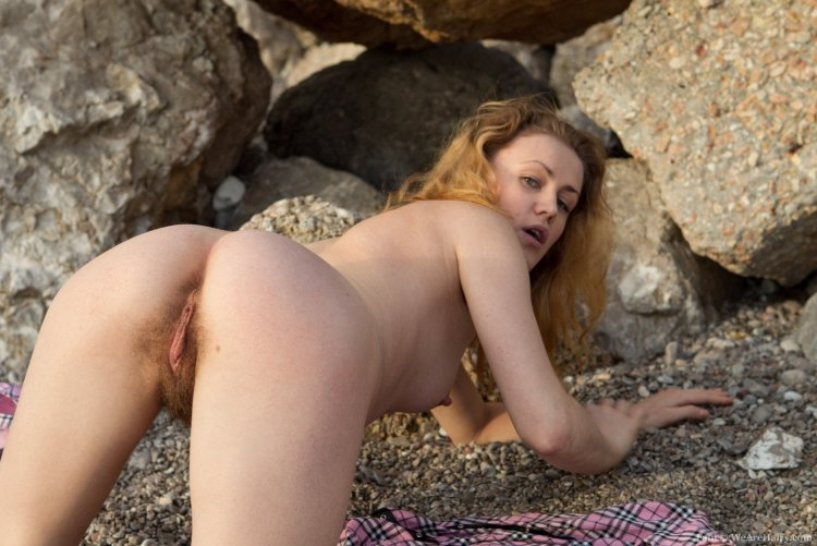 Волосатые письки на пляже (58 фото)