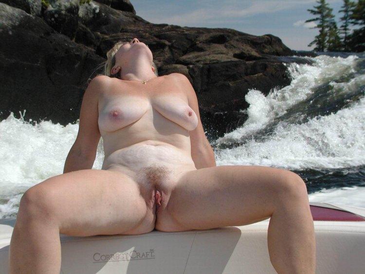 Голые милфы на пляже (50 фото)