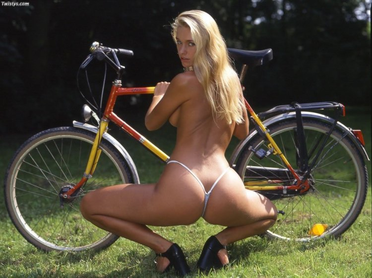 Голые велосипедистки (44 фото)