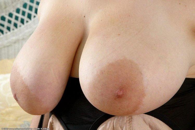 Большие ареолы сосков у блондинок (48 фото)