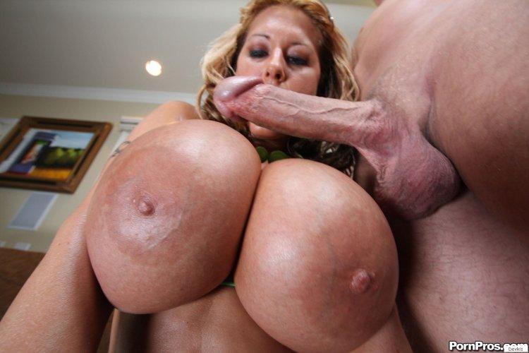 Огромные голые титьки (55 фото)