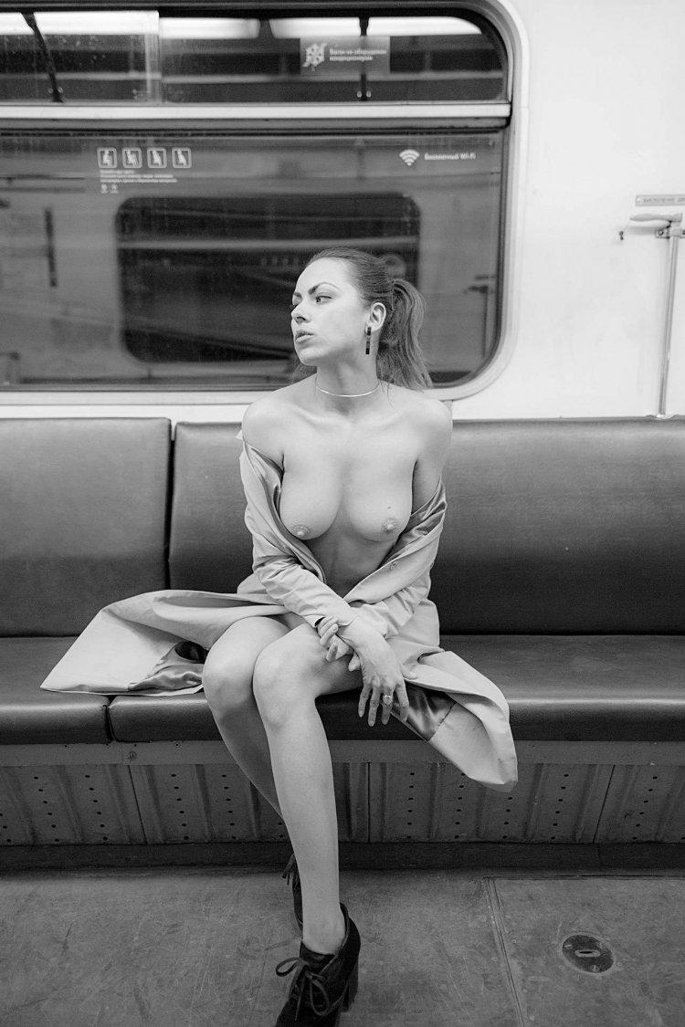 Голые телки в метро (34 фото)