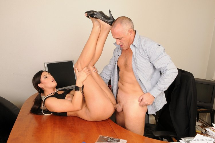 Трах шефа и секретарши (43 фото)