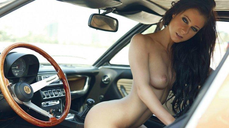 Красивые девушки в машинах (26 фото)