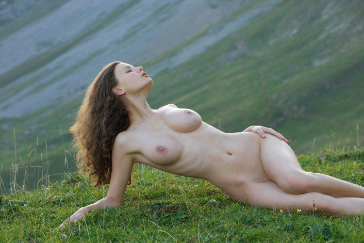 Голые красивые девушки на природе (60 фото)