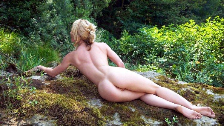 Голые дамы на природе (62 фото)