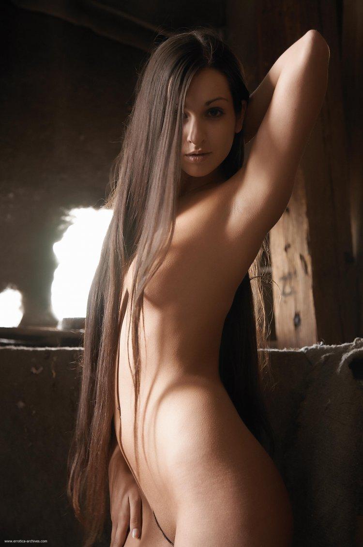 Длинноволосые обнаженные красавицы (81 фото)
