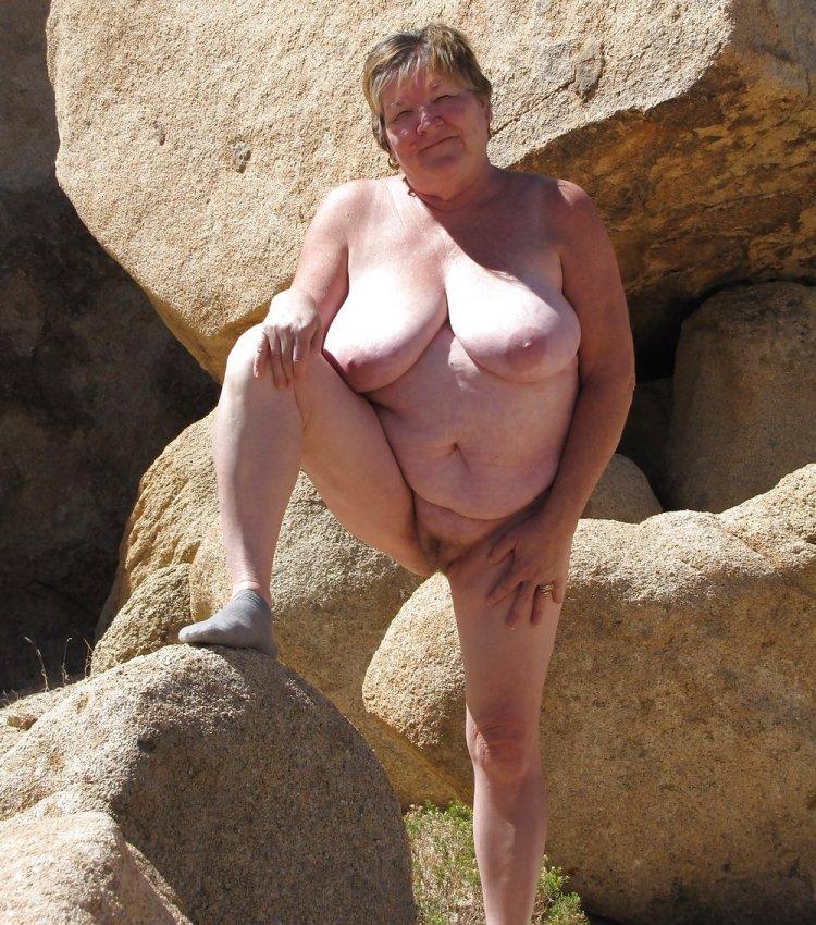 Большие сиськи бабулек на пляже (76 фото)