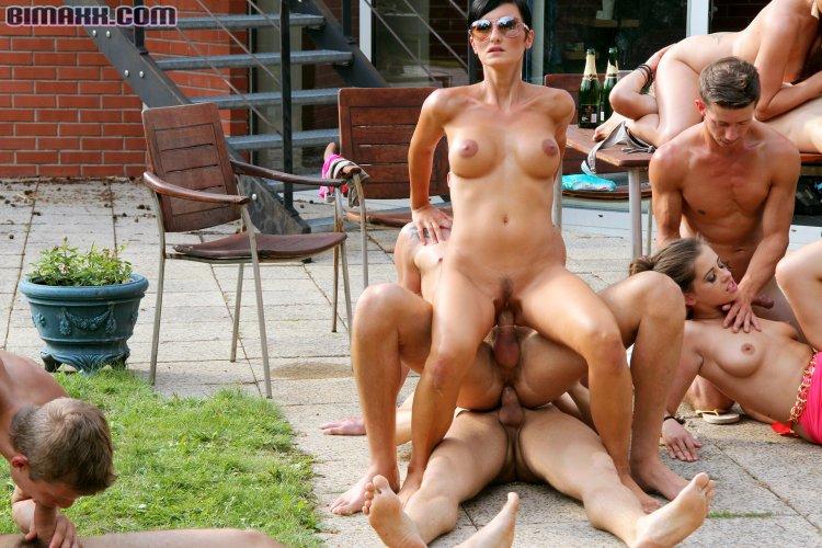 Публичный секс со зрелыми телками (70 фото)