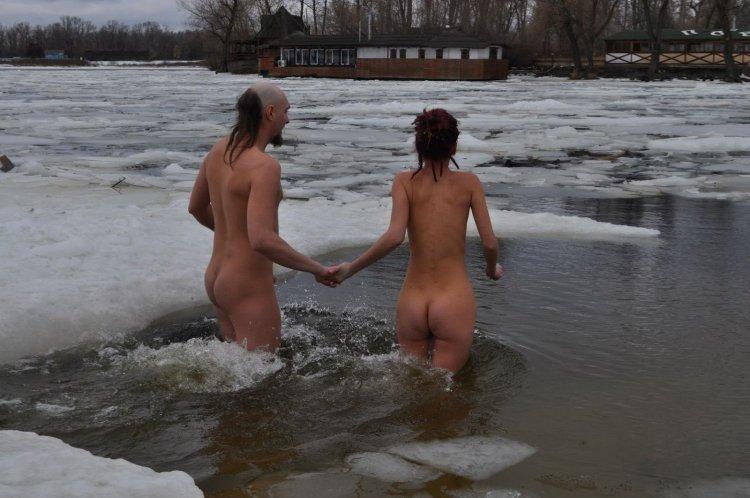 Голые женщины купаются (69 фото)