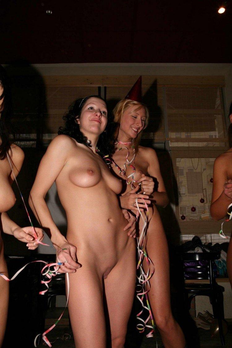Обнаженные бабы на вечеринке (79 фото)