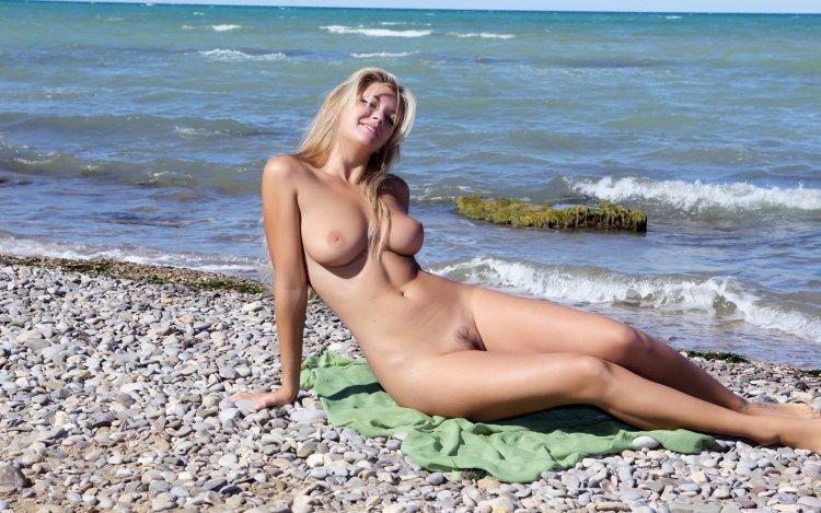 Бабы голышом на пляже (76 фото)
