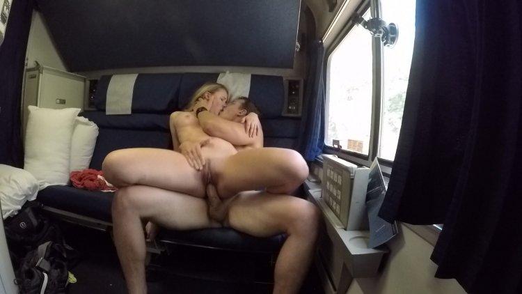 Групповой секс в поезде (82 фото)