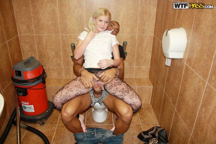 Секс с девушками в туалете (83 фото)