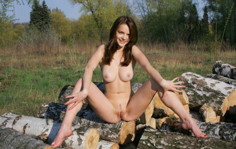 Секс с девушками на бревнах (83 фото)